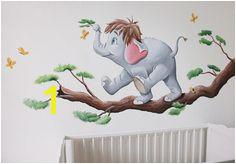 Olifantje uit jungle book op een tak gemaakt door BIM Muurschildering op structuur spagtelpoets Elephant mural painting nursery