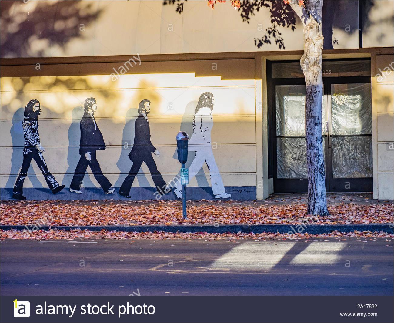 ein beatles wandbild dass das bild auf dem cover ihrer abbey road album ahnelt das wandbild wurde auf der vorderseite eines store front in downtown chico lackiert 2a