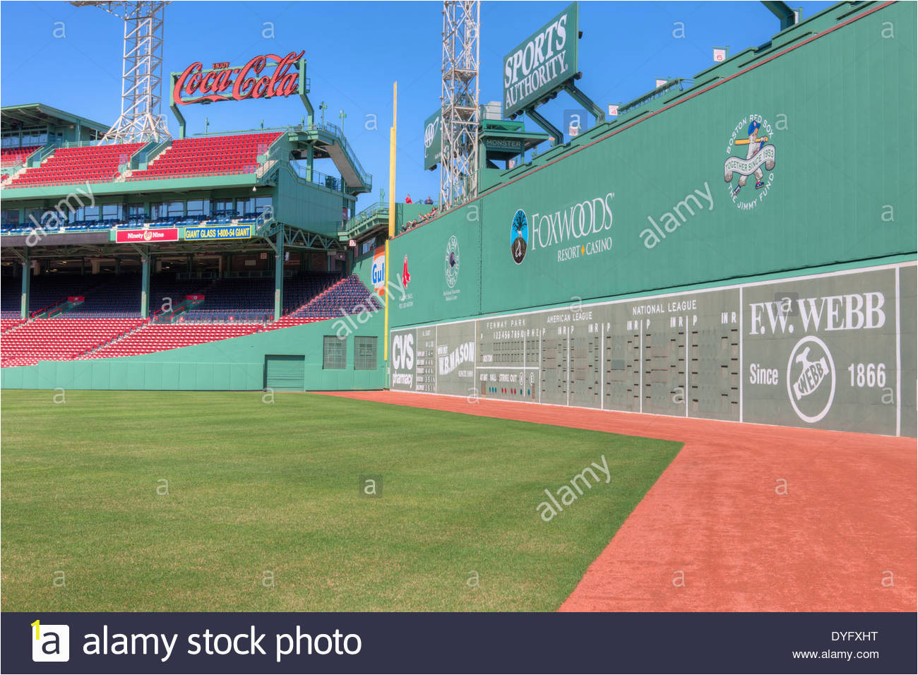 das green monster der beruhmten linken feld wand erhebt sich uber das feld im legendaren fenway park in boston massachusetts dyfxht