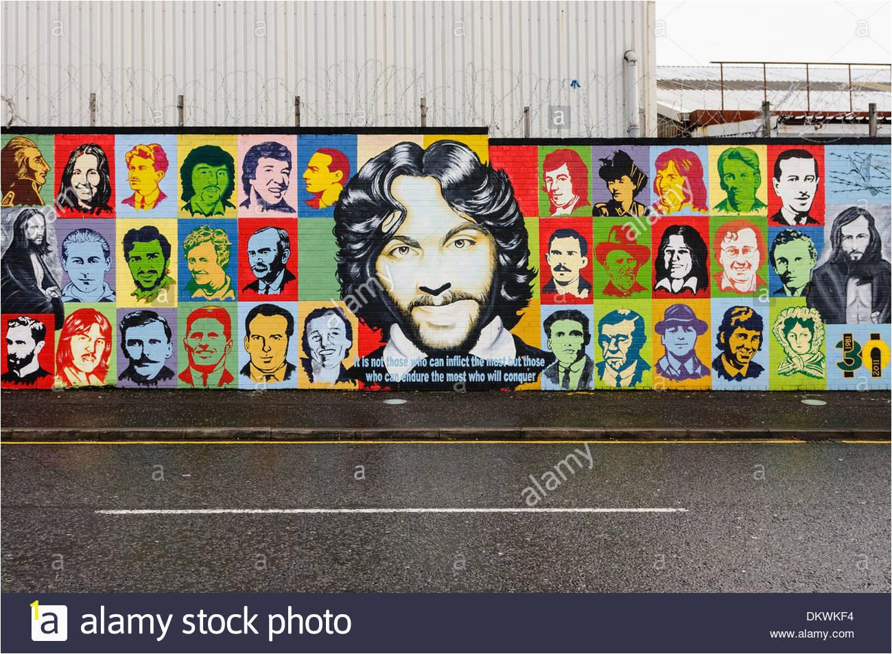 irish republican mural at the international peace wall belfast DKWKF4