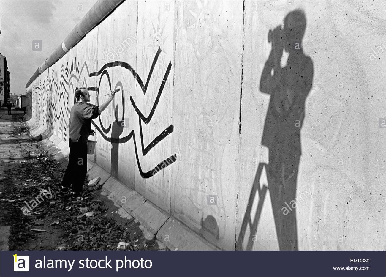 der amerikanische kunstler keith haring 100 m der berliner mauer in der nahe des grenzubergang ckeckpoint charlie im stadtteil kreuzberg gemalt rmd380