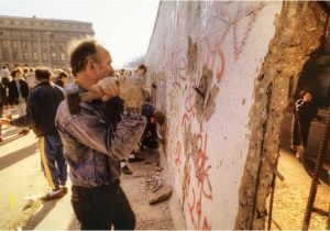 Sejarah Berlin Wall Mural Kiss All About the Rise and Fall Of the Berlin Wall